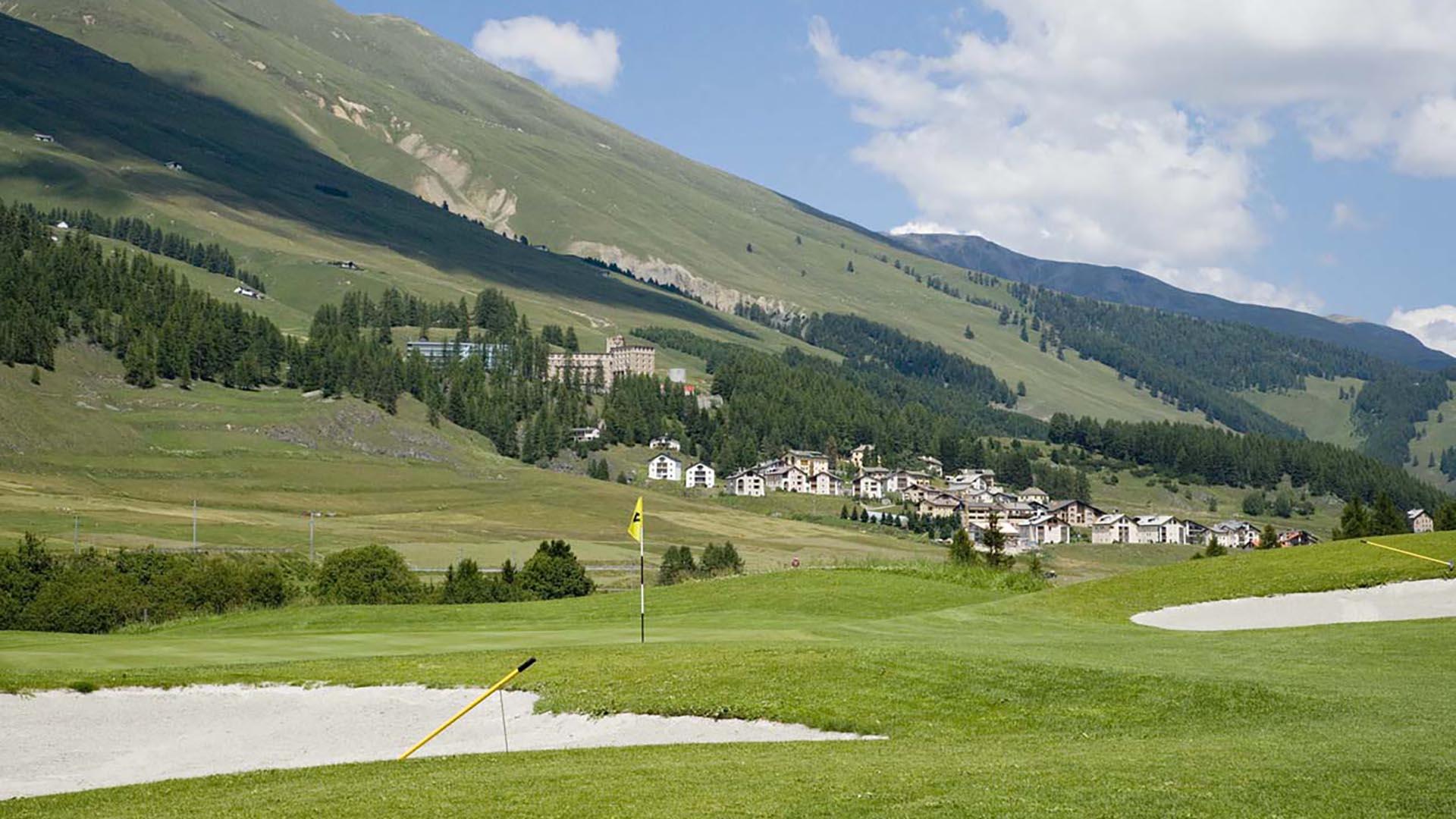 Golfplatz im Sommer. Golf spielen im Engadin