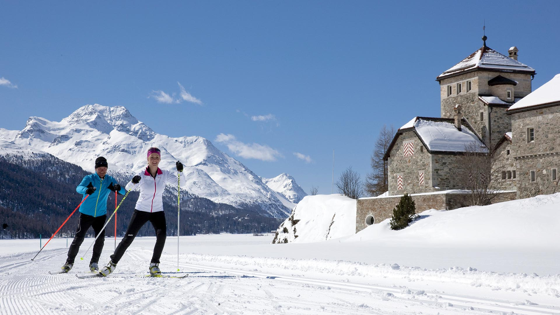 ENGADIN ST. MORITZ - Langlaeufer beim Skaten auf der Marathonloipe beim Schloss in Silvaplana. Im Hintergrund der Piz la Margna (3159m).
