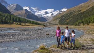 ENGADIN St. Moritz - Familienwandern im Val Roseg entlang des Ova da Roseg. Im Hintergrund Sellagruppe mit dem Sella- und Roseggletscher.
